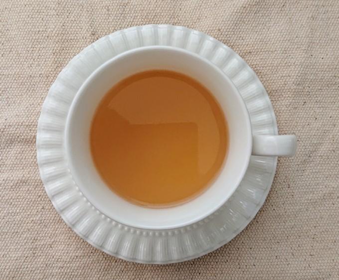 マヌカハニージンジャーティーとカップ